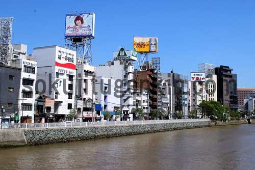 福岡の玄関口でもある中州の繁華街は連日大賑わいです