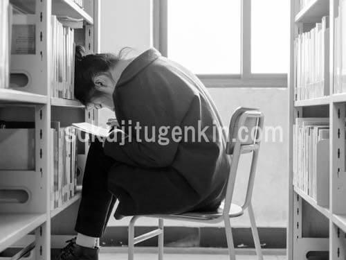 本を長時間読んでいる女の子