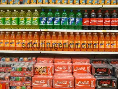 スーパーマーケットには沢山の日用品や食料品が陳列している